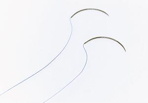 髪の毛より細く、伸縮性の高い超極細糸をラクルでは使用しています